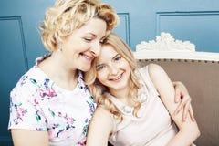 Concept de personnes de mode de vie : m?re blonde m?re avec la fille adolescente ? la maison ensemble photo stock