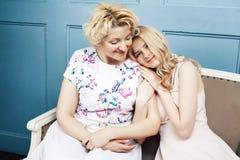 Concept de personnes de mode de vie : m?re blonde m?re avec la fille adolescente ? la maison ensemble photo libre de droits