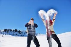 Concept de personnes, de saison, d'amour et de loisirs - couple heureux étreignant et riant dehors en hiver Photographie stock