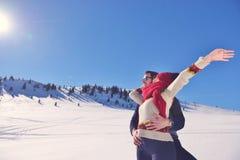 Concept de personnes, de saison, d'amour et de loisirs - couple heureux étreignant et riant dehors en hiver Photographie stock libre de droits