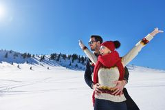 Concept de personnes, de saison, d'amour et de loisirs - couple heureux étreignant et riant dehors en hiver Photo libre de droits