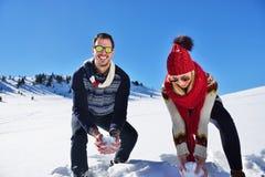 Concept de personnes, de saison, d'amour et de loisirs - couple heureux étreignant et riant dehors en hiver Image stock