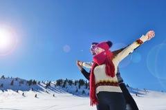 Concept de personnes, de saison, d'amour et de loisirs - couple heureux étreignant et riant dehors en hiver Photos libres de droits