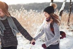 Concept de personnes, de saison, d'amour et de loisirs - couple heureux ayant l'amusement au-dessus du fond d'hiver Photo libre de droits