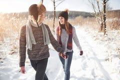 Concept de personnes, de saison, d'amour et de loisirs - couple heureux ayant l'amusement au-dessus du fond d'hiver Images libres de droits