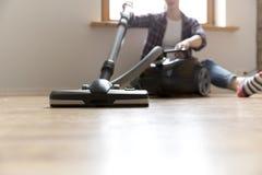 Concept de personnes, de travaux domestiques et de ménage - femme heureuse avec l'aspirateur à la maison Femme de nettoyage dirig photos stock