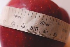 Concept de perte de poids Bande rouge de pomme et de centimètre images libres de droits