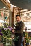 concept de petite entreprise Fleuriste masculin dans un fleuriste images libres de droits