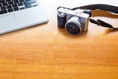 Concept de photo numérique avec l'appareil-photo et l'ordinateur portable mirrorless Co Photographie stock