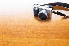 Concept de photo numérique avec l'appareil-photo mirrorless sur l'étiquette en bois Images stock