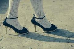 Concept de pied Pied sur des talons hauts Soins du pied Aimez votre pied Chaussures à vivre dedans photo libre de droits