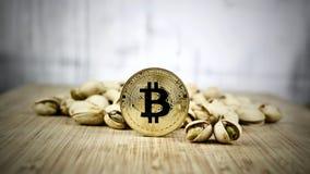 Concept de pistaches de pièce de monnaie de bitcoin d'or images libres de droits