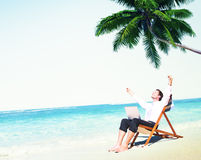 Concept de plage de Relax Working Summer d'homme d'affaires Photos stock