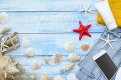 Concept de plage de mer d'?t? Planches en bois bleues de vue supérieure avec des coquillages, des roches, le sable et la crème de photographie stock libre de droits