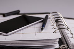 Concept de planification - calendrier, téléphone portable, stylo Image libre de droits