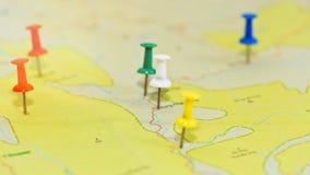 Concept de planification de voyage - carte avec des punaises image stock