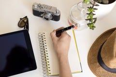 Concept de planification de voyage sur la table Les accessoires et les articles du ` s de voyageur avec l'économie de carnet et d Image libre de droits