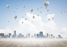 Concept de concept de pollution atmosphérique avec des aérostats volant au-dessus de la ville Photos stock