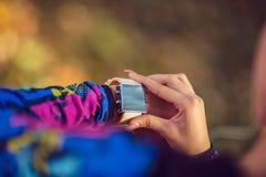 Concept de port pulsant de Smartwatch, d'exercice et de forme physique photographie stock