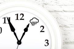 Concept de prévisions météorologiques avec l'horloge montrant le temps photos libres de droits