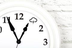 Concept de prévisions météorologiques avec l'horloge montrant le temps photos stock