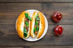 Concept de prêt-à-manger Faites les hot dogs et la maison frais petit pain pour les hot-dogs avec des saucisses de freid et basil Photo libre de droits