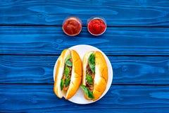 Concept de prêt-à-manger Faites les hot dogs et la maison frais petit pain pour les hot-dogs avec des saucisses de freid et basil Photo stock