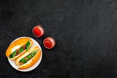 Concept de prêt-à-manger Faites les hot dogs et la maison frais petit pain pour les hot-dogs avec des saucisses de freid et basil Images stock