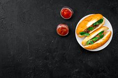 Concept de prêt-à-manger Faites les hot dogs et la maison frais petit pain pour les hot-dogs avec des saucisses de freid et basil Image stock
