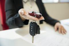 Concept de prêt, de crédit-bail et de location de voiture image stock