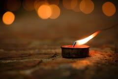 Concept de prière et d'espoir Rétro lumière de bougie et rétro route Photographie stock