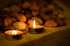 Concept de prière et d'espoir Rétro lumière de bougie et vieille pierre avec l Photographie stock libre de droits