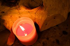 Concept de prière et d'espoir Rétro lumière rose de bougie dans les glas en cristal Images stock