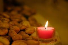 Concept de prière et d'espoir Rétro lumière rose et vieille pierre W de bougie Photos libres de droits