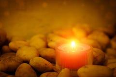 Concept de prière et d'espoir Rétro lumière rose et vieille pierre W de bougie Images stock