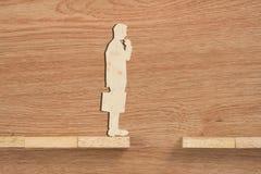 Concept de problème et de difficulté d'un homme d'affaires Bloc en bois photographie stock