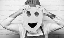 Concept de procédé de cuisson Le chef fait la pizza Cuisinier avec le visage caché photographie stock libre de droits