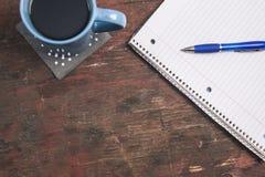 Concept de productivité, avec le stylo, le papier et le café Photos libres de droits