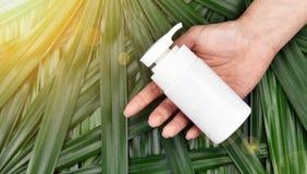 Concept de produit de beauté naturel de soins de la peau, récipients cosmétiques de bouteille sur le fond de fines herbes vert de Photos libres de droits