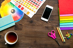 Concept de profession avec des outils de concepteur sur la maquette de vue supérieure de fond de bureau de travail photographie stock