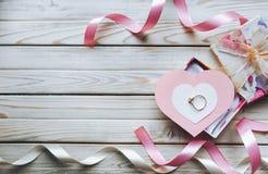 Concept de proposition de mariage Un anneau de mariage sur un boîte-cadeau sur un courtiser Photographie stock