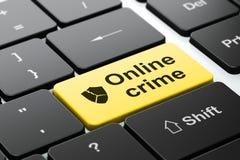 Concept de protection : Bouclier cassé et crime en ligne Photographie stock