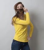 Concept de protection pour la dissimulation fière de jeune femme Photos stock