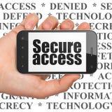 Concept de protection : Remettez tenir Smartphone avec Access sûr sur l'affichage Photos libres de droits