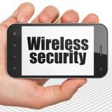 Concept de protection : Remettez tenir Smartphone avec la sécurité sans fil sur l'affichage Photo stock