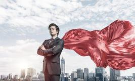 Concept de puissance et de succès avec le super héros d'homme d'affaires dans grand ci image stock
