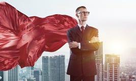 Concept de puissance et de succès avec le super héros d'homme d'affaires dans la grande ville illustration stock