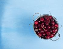 Concept de récolte d'été, cerises fraîches dans la vue supérieure de cuvette en métal images libres de droits