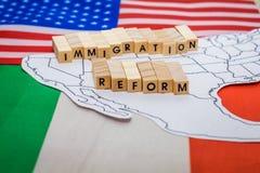 Concept de réforme de l'immigration avec la carte à la frontière des Etats-Unis et du Mexique avec des drapeaux photo stock
