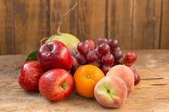 Concept de régime de fruits différents fruits sur la table en bois Image stock